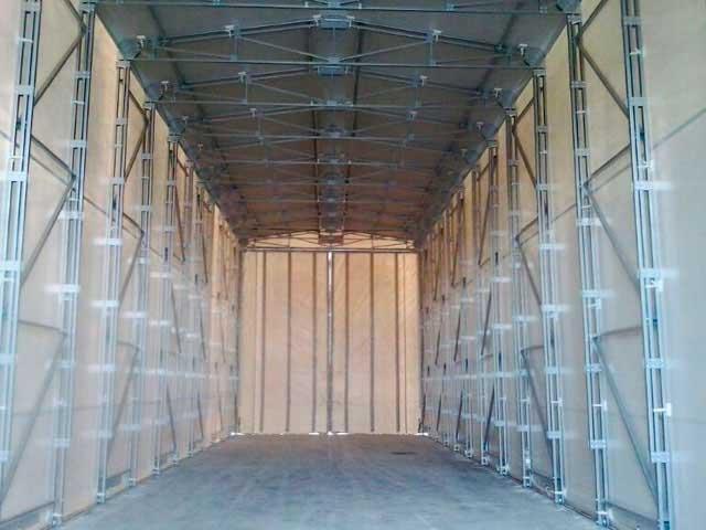 Copertura rivestita in pvc di colore grigio interno struttura chiusura con tende scorrevoli