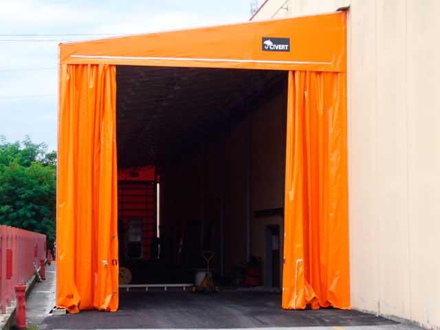 Tunnel zoppo apertura laterale con tende scorrevoli.