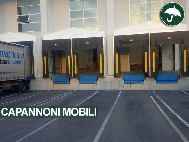Tre capannoni mobili modello Long e due capannoni mobili modello Monoside con porte rapide e sigillanti