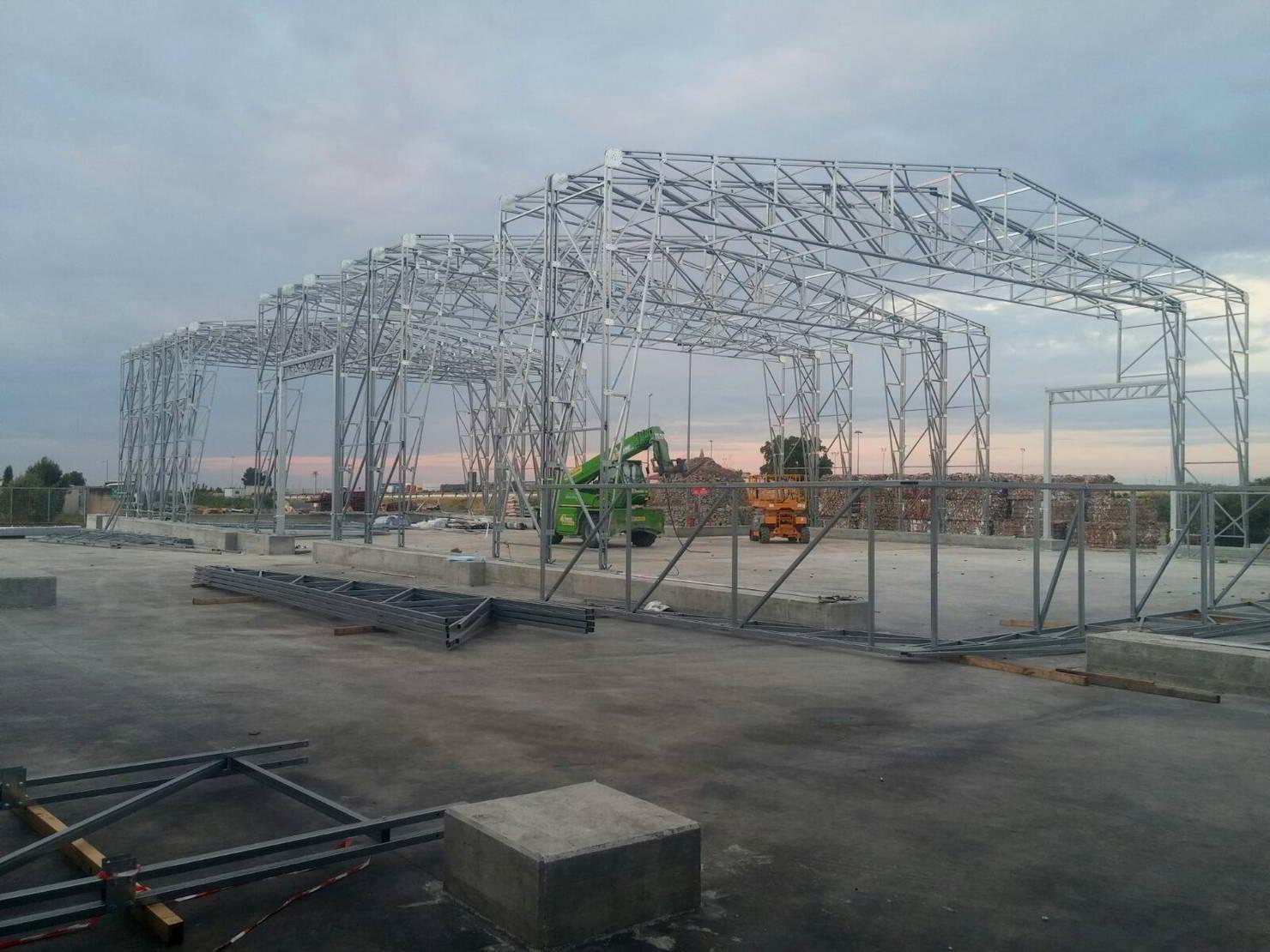 Costruzione di un telaio in acciao zincato per un grande capannone industriale in pvc
