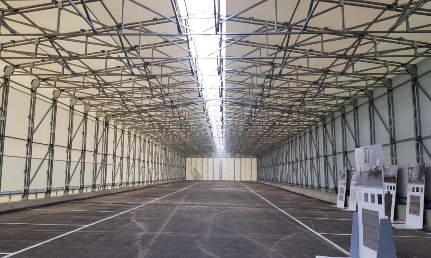 Interno di un grande capannone industriale