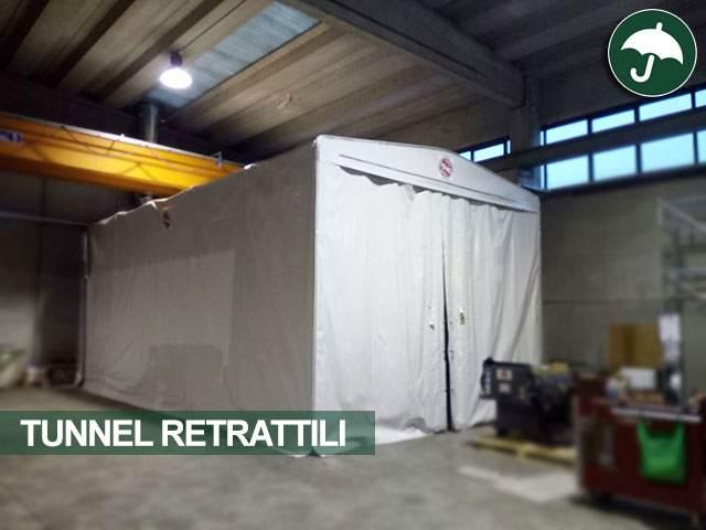 Un telone industriale in pvc all'interno di un capannone dedito a magazzino
